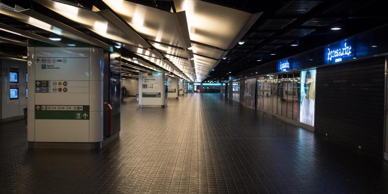 Vue de l'intérieur de la station Chatelet-Les Halles à Paris, désertée en raison de la crise sanitaire de Covid-19.