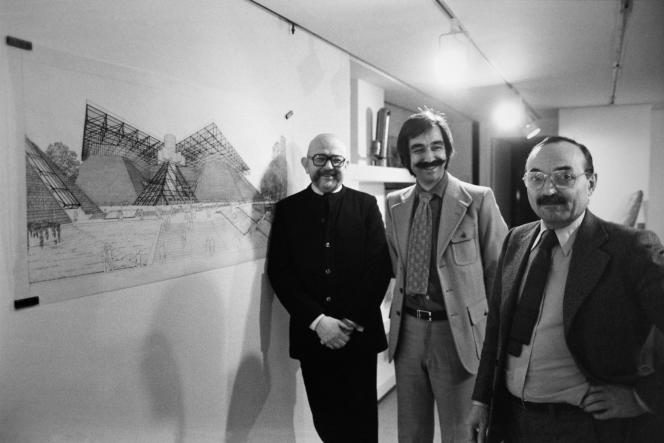 Michel Andrault, Pierre Parat et Aydin Guvan, les trois architectes retenus pour réaliser le Palais omnisports de Paris-Bercy, le 23 octobre 1979, à Paris.