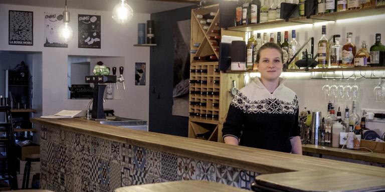 Manon Charpy - gérante de La Petite Dernière  - bar de bières artisanales, dans le 18ème arrondissement de Paris, le 15 avril 2020. Manon habite derrière son commerce - depuis quelques semaines, pour garder contact avec sa clientèle, elle sert à emporter quelques heures par jours ses amis, ses voisins et quelques passants.
