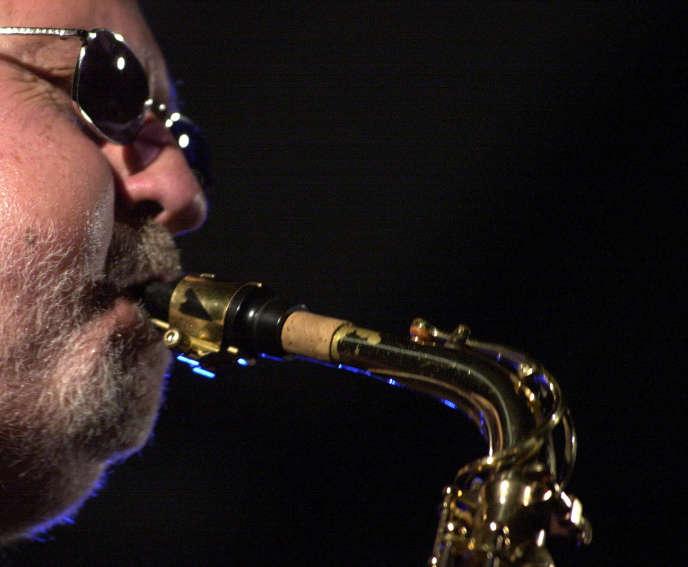 Le saxophoniste américainLee Konitz en concert lors de l'International Jazz Festival à Debrecen (Hongrie), en juin 2002.