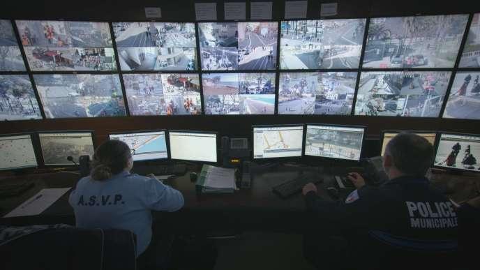 Test de reconnaissance faciale en salle de surveillance de la police au carnaval de Nice.