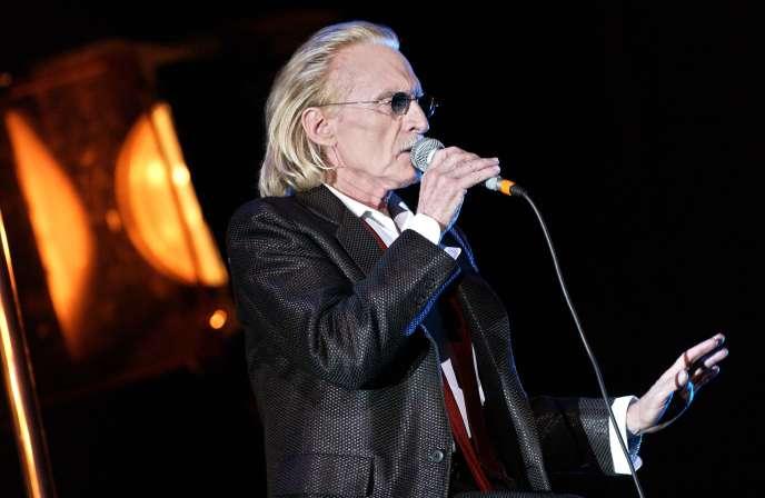 Le chanteur Christophe, le 13 mars 2003, lors d'un concert au Grand Rex, à Paris.