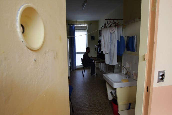 Un détenu dans sa cellule du centre de détention de Muret (Haute-Garonne) en 2006, celui où Bernard Stiegler a purgé sa peine.