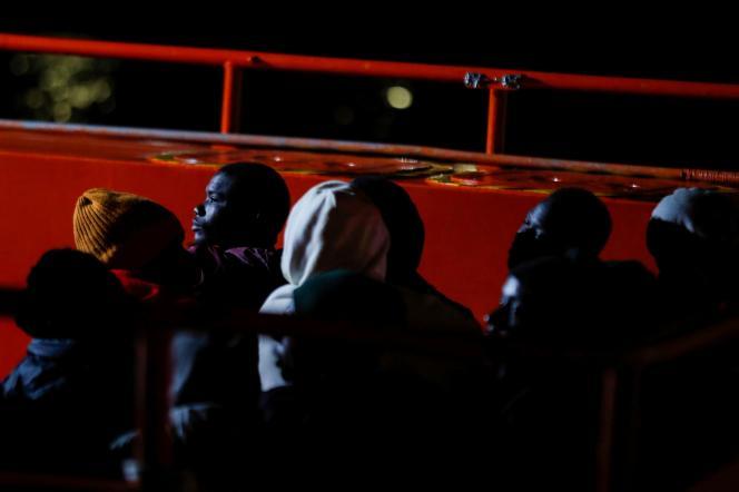 Des migrants sur le pont d'unbateau des gardes-côtes espagnols, à Arguineguin sur l'île de Gran Canaria, le 16 avril.