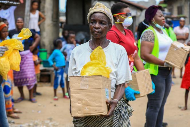 Distribution de colis alimentaires le 9 avril à Lagos (Nigeria).