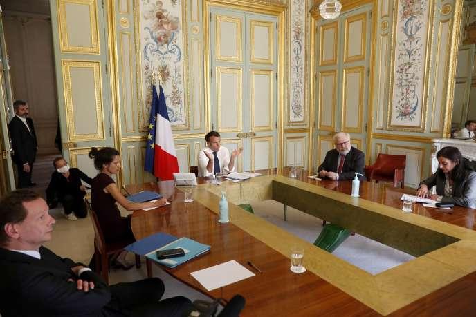 Emmanuel Macron en visioconférence avec la virologiste Françoise Barré-Sinoussi, au palais de l'Elysée à Paris, le 16 avril.