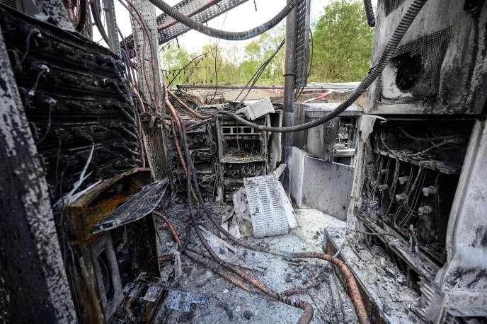 Après l'incendie d'une antenne téléphonique, à Huddersfield (Angleterre), le 17 avril 2020.