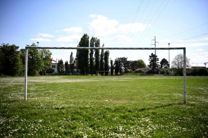 Un terrain de football déserté à Poissy (Yvelines), le 17 avril.