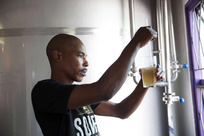 Un brasseur à Soweto, en Afrique du Sud, en février 2018.