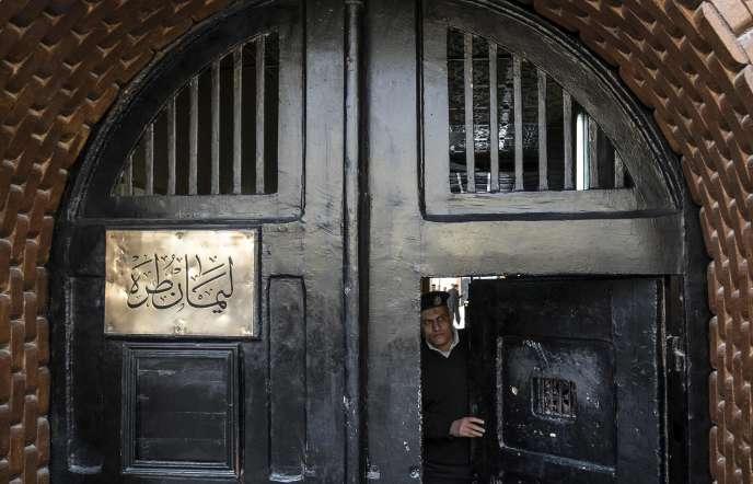 Un officier de police devant la porte d'entrée de la la prison de Tora au Caire. Photo prise lors d'une visite guidée organisée par les autorités égyptiennes le 11 février.