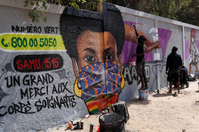 Une peinture murale des artistes graffeurs du collectif RBS à Dakar, le 25 mars 2020.
