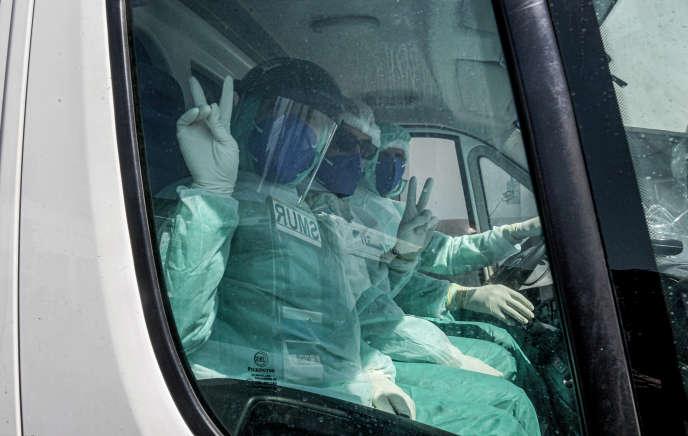 Des membres du Service mobile d'urgence et de réanimation(SMUR) en tenue de protection contre le coronavirus, à Tunis, le 6avril 2020.