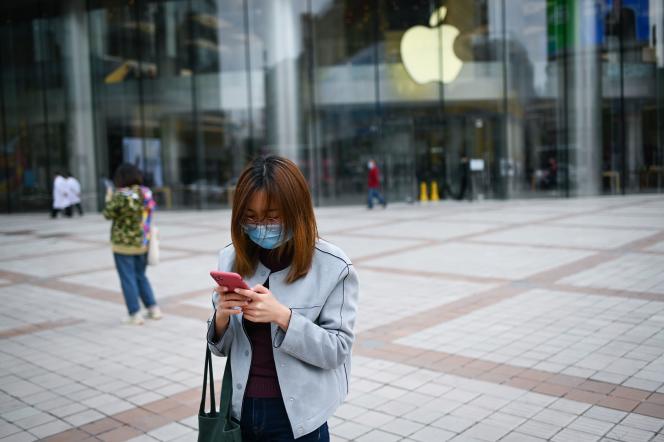 Devant un Apple Store fermé, à Pékin, le 17 avril.