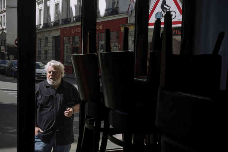 Vincent Solignac - gérant de Les Sardignac - bar à vins, dans le 9ème arrondissement de Paris, le 15 avril 2020. Vincent revint souvent au bar pour aérer et pour s'occuper des stock, suite à la fermeture des bars et restaurants par le gouvernement.