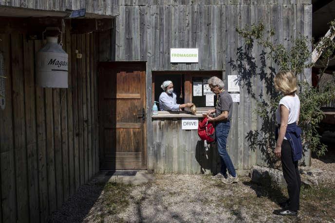 Dans sa ferme de la Jacourelle, à La Roque-d'Anthéron (Bouches-du-Rhône), Sandrine Borel a créé son«drive» pour vendre ses fromages directement au consommateur et survivre à la crise liée au coronavirus.