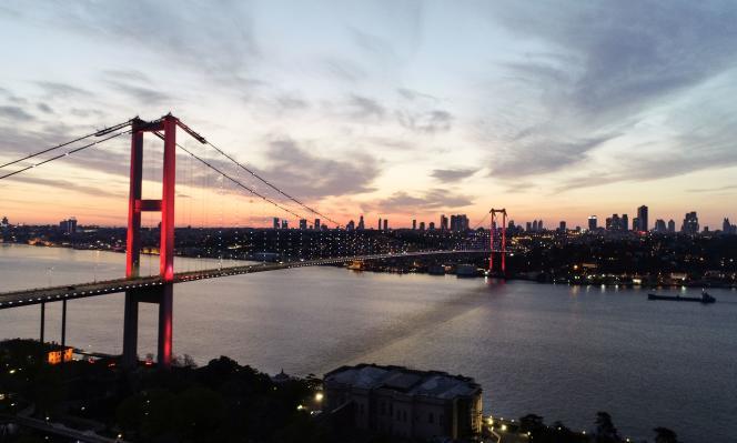 Le grand pont du Bosphore, reliant les rives européenne et asiatique d'Istanbul, est vidé de son trafic, samedi 18 avril au soir.