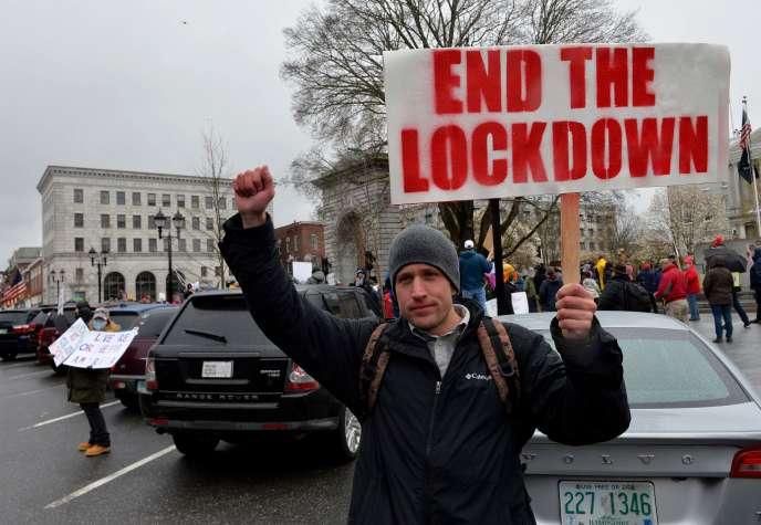 Des centaines de personnes rassemblées à Concord, dans le New Hampshire, réclamaient la fin du confinement, le 18avril.