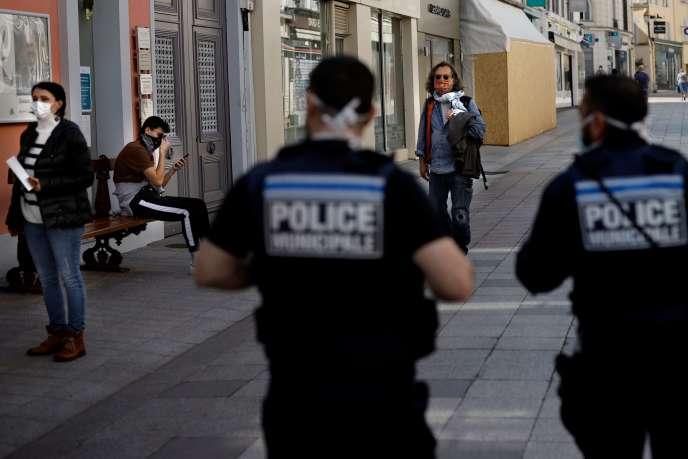 Patrouille de la police municipale dans les rues de Sceaux (Hauts-de-Seine), le 8 avril.