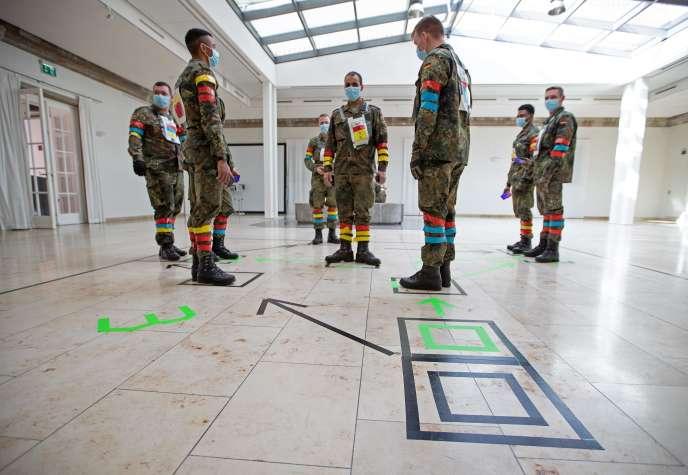 Des militaires testent une application de «traçage» de l'épidémie de Covid-19, à la caserne Julius-Leber à Berlin, le 1er avril.