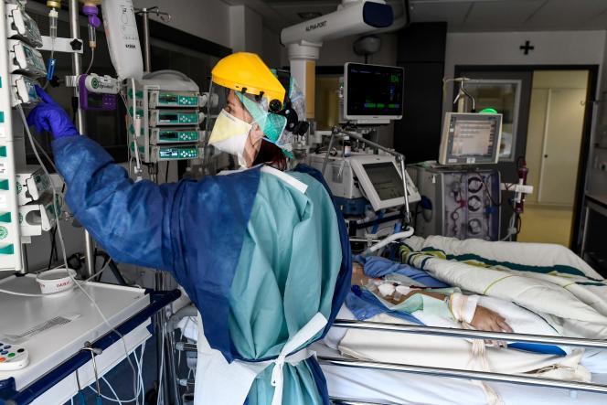 Une infirmière s'occupe d'un patient à l'unité de soins intensifs de l'hôpitalSint-Trudo (Belgique), le 17 avril.