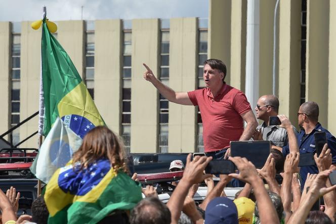 Jair Bolsonaro harangue la foule dimanche à Brasilia.