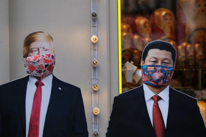 Des découpes en carton représentant Donald Trump et Xi Jinping, dans une boutique de souvenirs à Moscou, le 23 mars.