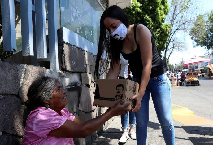 Alejandrina Guzman, fille de Joaquin « El Chapo » Guzman, distribue des produits de première nécessité à Guadalajara (Mexique), le 17 avril.