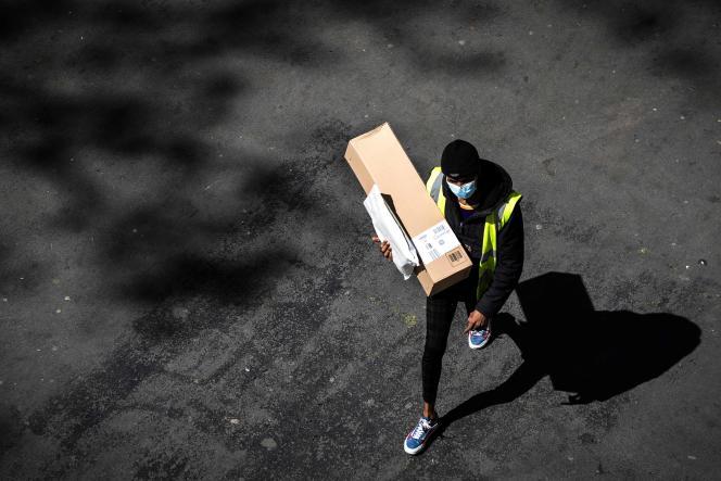 Livraison d'un colis Amazon lors du trentième jour de confinement à Paris, le 15 avril.