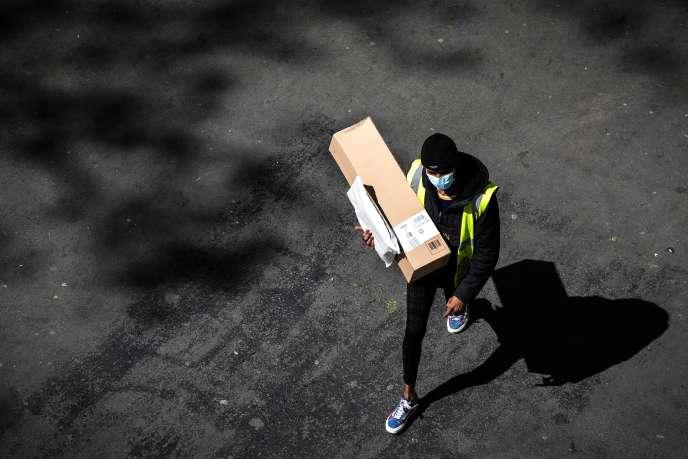 Un livreur d'Amazon, à Paris, le 15 avril, au 30e jour du confinement instauré par les autorités pour lutter contre la pandémie de Covid-19.