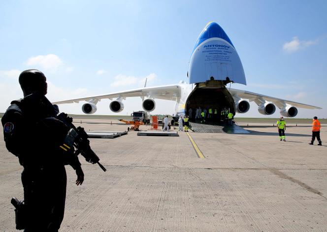 Sur l'aéroport de Vatry, dans la Marne, unAntonov An-225 Mriya assure la livraison de 150 tonnes de matériel médical divers, dimanche 19 avril.
