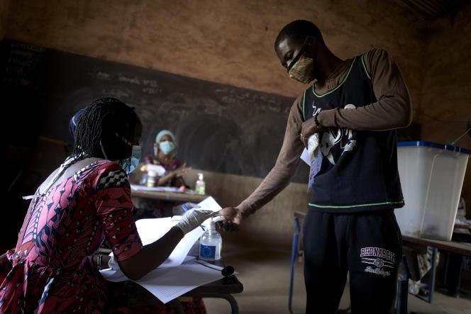 Dans un bureau de vote de Bamako lors du premier tour des élections législatives, dimanche 29 mars.