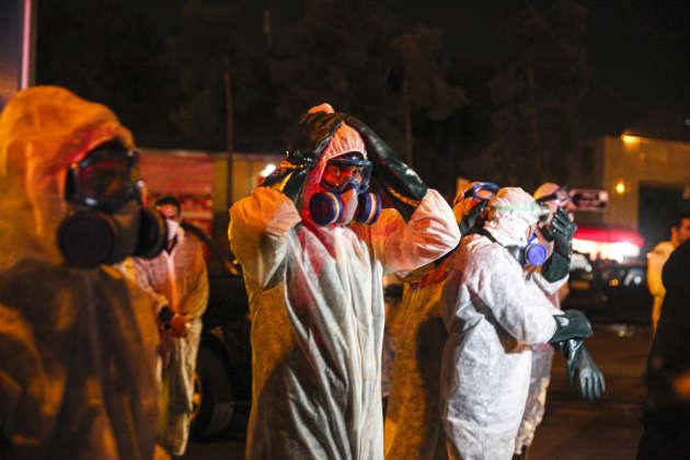 Chiraz, le 1er mars. Des employés du ministère de la santé, de la ville et des pompiers organisent, de nuit, de vastes actions de désinfection dans les rues.