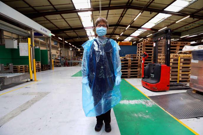 L'usine d'emballage ménager Jet'Sac, filiale du groupe Sphere, à Auchel (Pas-de-Calais), produit près de 450000 surblouses à usage unique par jour.