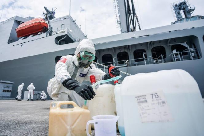 Des militaires désinfectent un navire de ravitaillement sur la base navale de Kaohsiung, à Taïwan, le 19 avril.