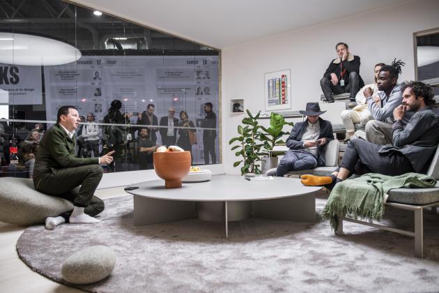 RamyFischler (à gauche), lors de l'installation éphémère «Design, and... Action!» sur le salon Maison & Objet, en janvier 2020.