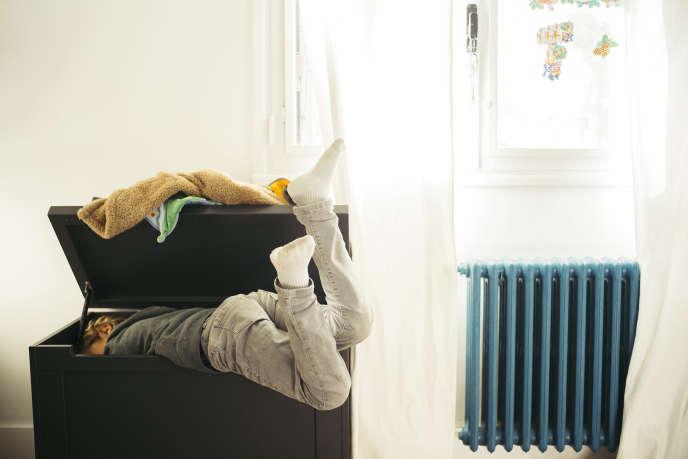 Onzième jour du confinement, à Montpellier, dans l'appartement de lafamille Goldstein Moussu. Sacha explore son coffre à jouets.