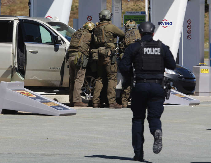 Intervention des forces de police pour abattre l'auteur de la fusillade, dans une station-service d'Enfield, en Nouvelle-Ecosse, au Canada, le 19 avril.