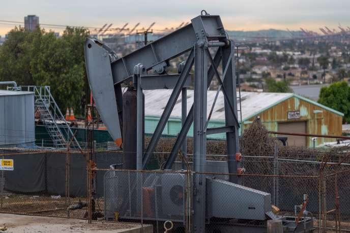 Puits de pétrole au Long Beach Oil Field, à Signal Hill, Californie, le 9 mars 2020.