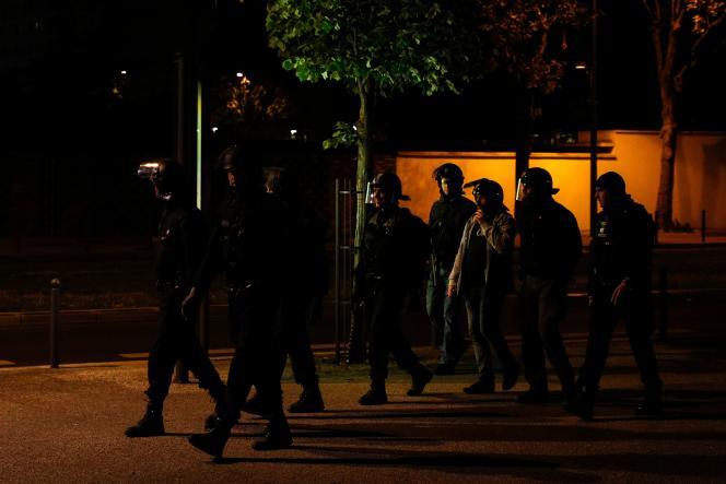 Echauffourées avec les forces de l'ordre dans le quartier où a eu lieu l'accident de moto, à Villeneuve-la-Garenne (Hauts-de-Seine), le 19avril.