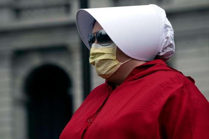 Une manifestante anticonfinement, vêtue du costume emblématique de la série « La Servante écarlate», à Denver (Colorado), le 19avril.