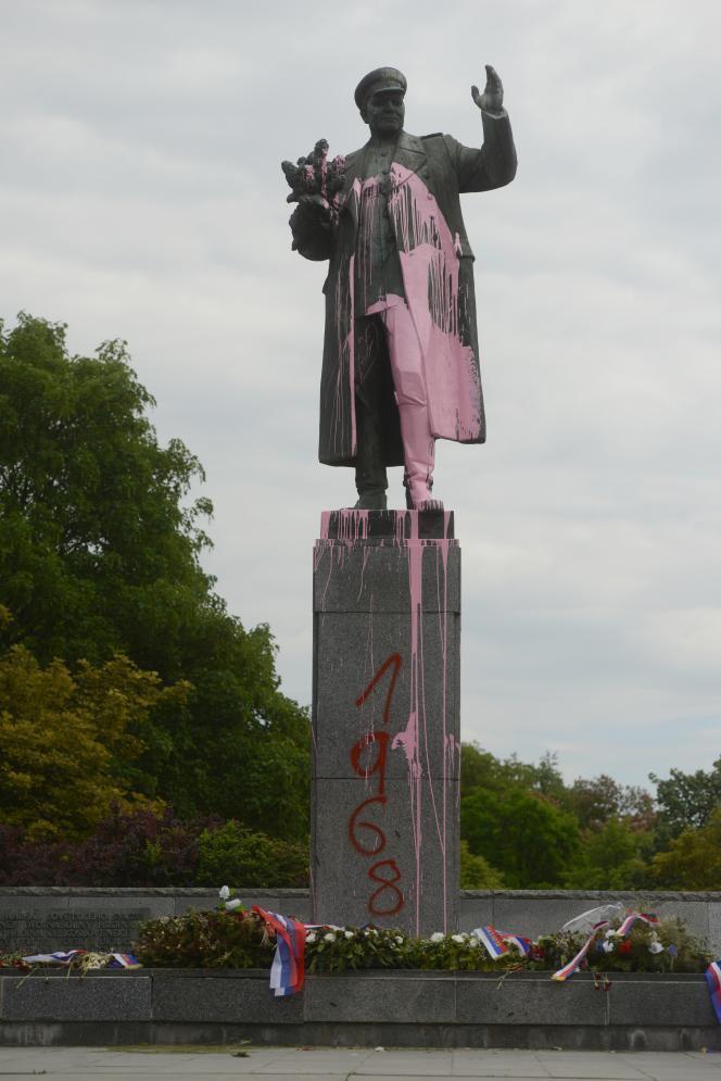 La statue d'Ivan Koniev aspergée de peinture rose à l'occasion du 50e anniversaire de l'écrasement du printemps dePrague, en mai 2018.
