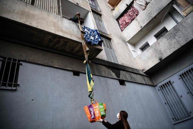 Distribution d'aide alimentaire organisée par une association de voisins à la cité Maison Blanche, à Marseille, le 31 mars.