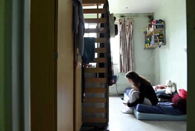 L'humidité forme une couche de moisissure autour des fenêtres de la chambre d'Ambre, 23 ans, étudiante en 3e annee d'italien, dans le bâtiment D de la résidence Evariste Galois, à Villeneuve-d'Asqc(Nord), le 18 avril.