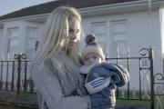 Le quotidien de la jeune Ecossaise Gemma (ici avec son fils Liam) est au c?ur du documentaire ??A se br?ler les ailes??.