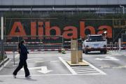 Devant le si‥‥ge d??Alibaba ‥  Hangzhou (Chine), en f‥?vrier 2020.