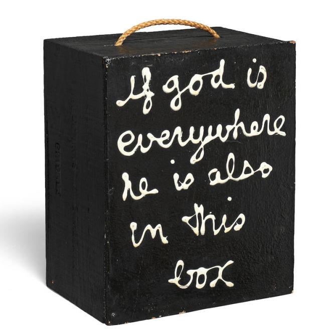 Ben (Benjamin Vautier), né en 1935. «If god is everywhere he is also in this box», 1970, peinture émaillée sur bois et corde, format 33,5 x 27 x 18,5 cm. Pièce unique. Signée et datée. Prix déconfiné : 11500 euros. Prix confiné : 7500 euros.