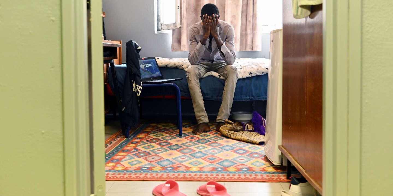 Kane, 24 ans, Tchadien, etudiant en economie, confine dans sa chambre de la residence Evariste Galois, une des plus vetustes de France. Villeneuve d'Ascq (nord), le 18 avril 2020.  Credit: Sarah ALCALAY pour Le Monde