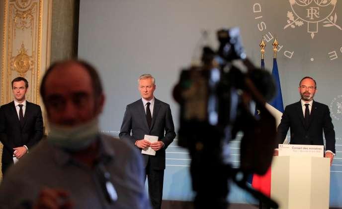 Olivier Véran, Bruno Le Maire et Edouard Philippe, lors d'une conférence de presse à propos de l'épidémie de Covid-19, à Paris, le 15avril.
