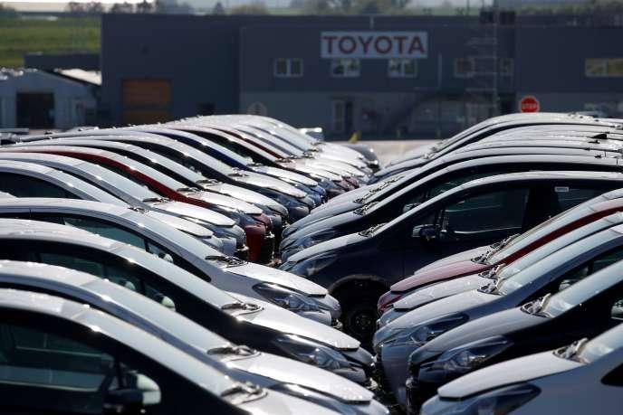 Des voitures récemment sorties de l'usine Toyota d'Onnaing (Nord), mardi 21 avril. L'usine a rouvert partiellement après cinq semaines d'arrêt pour cause de confinement.
