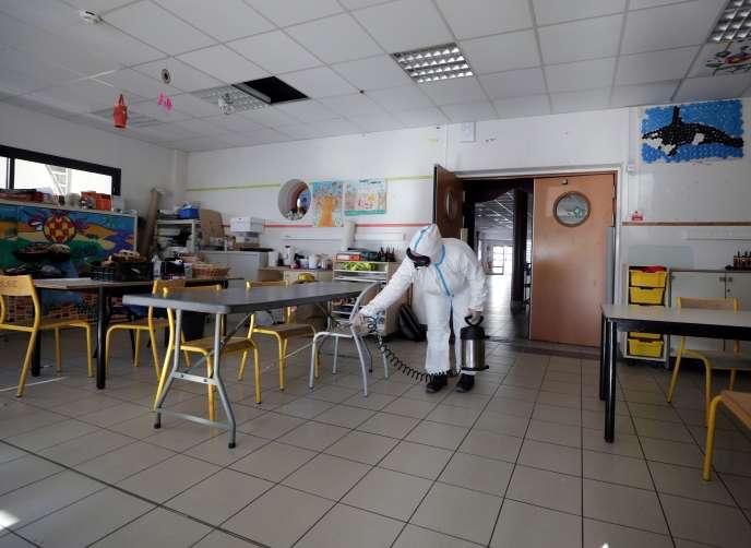 Désinfection d'une salle de classe, dans une école primaire de Cannes (Alpes-Maritimes), le 10avril.
